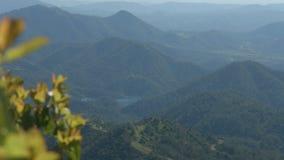 山坡和湖壮观的自然风景  美好的横向 影视素材