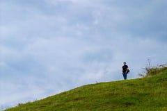 山坡孤独的人 免版税库存图片