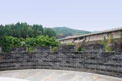 山坡有灰色砖栏杆的观察平台在水坝附近 免版税库存照片