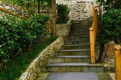 山坡楼梯和扶手栏杆在雨以后的秋天早晨 免版税库存照片