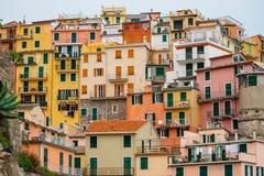 山坡的五颜六色的房子 免版税库存照片