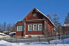 在雪之下的小木房子 库存照片