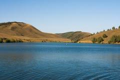 山坡的背景的Mountain湖 风景 免版税库存照片
