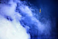 山垂悬在蓝天的resue直升机 库存照片