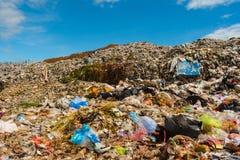 山垃圾从都市和工业区被送 库存照片