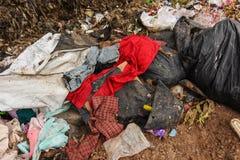 山垃圾从都市和工业区被送 免版税库存照片