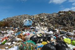 山垃圾从都市和工业区被送 免版税库存图片