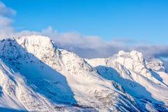 山多雪的山峰  免版税库存图片