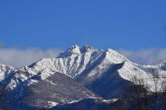 山多雪的山峰  库存照片