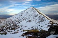 山多雪的山顶 免版税图库摄影