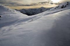 山多雪的日落 库存图片