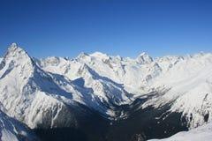 山多雪的谷 免版税图库摄影