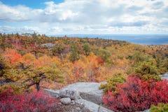山姆的在Shawangunk山的点蜜饯,纽约州,壮观的高峰秋天叶子的 图库摄影