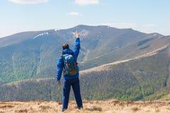 登山家到达一座山的上面在晴朗的 图库摄影