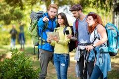 登山家看看地图和指南针 库存照片