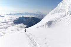 登山家走的上升的雪足迹山土坎,玻利维亚 库存图片