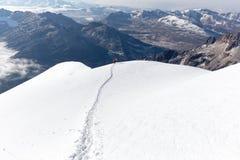 登山家走的上升的雪足迹山土坎,玻利维亚 库存照片