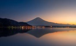 山富士和湖川口的反射日落的 免版税图库摄影