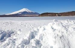 山富士和Ice湖在Yamanakako湖的冬天 库存照片