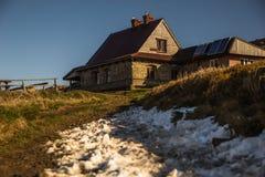 山小屋呸在一座山的上面的` s小屋在Bieszczady 免版税库存照片