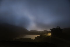 山小屋在有雾的夜,白云岩 免版税库存照片