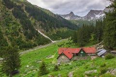 山小屋在Fagaras山的Valea Sambetei 免版税库存图片