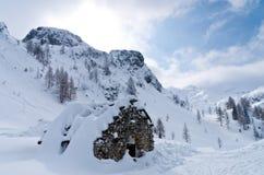 山小屋- mountaneers的风雨棚从雪风暴在冬天 库存图片
