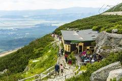 山小屋Schronisko Lomnickie, Skalnata chata、Chata放松在mounta的困难以后的pri plese的Skalnatom和游人 图库摄影