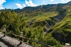 山小山道路路全景风景,在蓝天,夏天晴天的云彩 免版税图库摄影