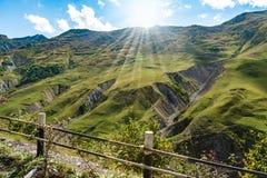 山小山道路路全景风景,在蓝天,夏天晴天的云彩 库存照片