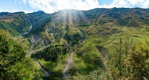 山小山道路路全景风景,在蓝天,夏天晴天的云彩 库存图片
