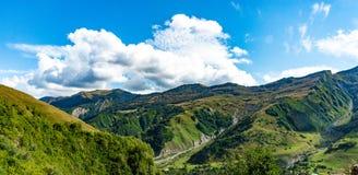 山小山道路路全景风景,在蓝天,夏天晴天的云彩 免版税库存照片
