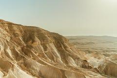 山小山风景在干燥沙漠在以色列 沙子、岩石和石头谷在热的中东旅游业地方 免版税库存照片