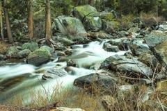 山小河优胜美地 免版税库存图片