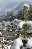 山小河在春天雪 Arshan手段 免版税库存图片