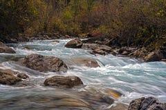山小河在晚秋天 免版税库存照片
