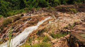 山小河在石头中跌倒在公园 股票录像