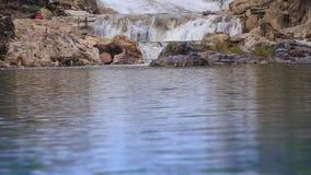 山小河瀑布滴下入湖在前景 影视素材