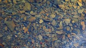 山小河的石底部 库存照片