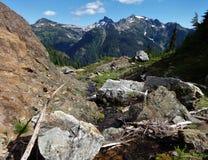 山小河落对在北部小瀑布的一个深谷 免版税库存照片
