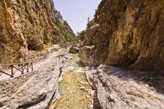 山小河通过Samaria峡谷,克利特海岛  免版税库存照片