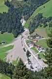 山小河鸟瞰图在与挖掘机和卡车工作的巨型的泥流以后被阻拦的奥地利阿尔卑斯清扫 免版税库存图片