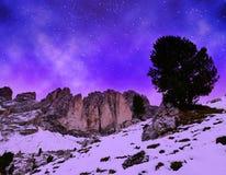 山小组在夜空的Sassolungo Langkofel 南蒂罗尔,意大利 免版税库存照片