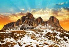 山小组在日落的Sassolungo Langkofel 南蒂罗尔,意大利 库存照片