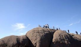山山顶的远足者 图库摄影