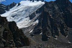 山峡谷在Chimbulak附近的夏天 免版税库存照片