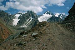山峡谷在Chimbulak附近的夏天 免版税库存图片
