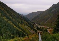 山峡谷在Chimbulak附近的夏天 图库摄影