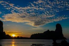 山峭壁剪影在日落的在海在泰国、Krabi、Railey和Tonsai的海滩胜地 免版税图库摄影
