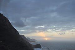 山峭壁和海洋 库存图片